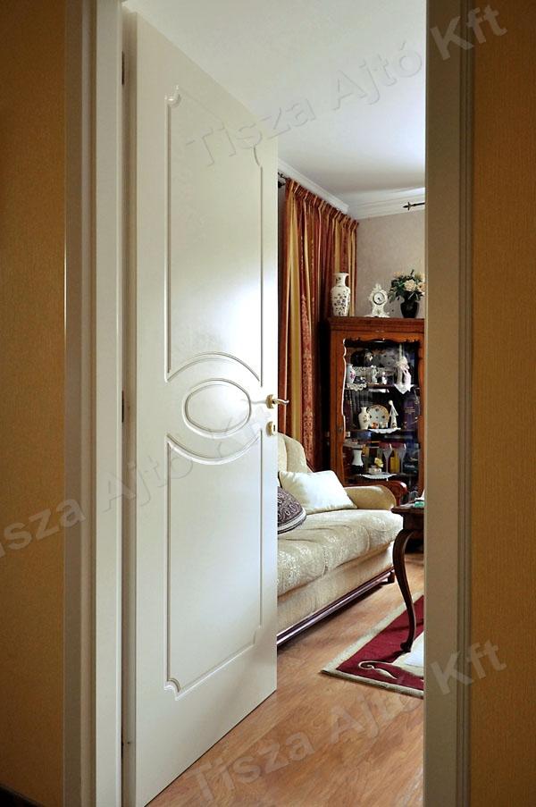 Budapest környéki családi ház fehér festett beltéri ajtókkal