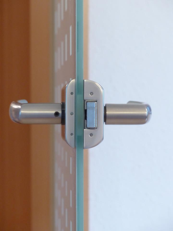 Stílusos és biztonságos a beltéri üvegajtó